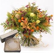 חגיגת פרחים כפרית ושרשרת פנינים